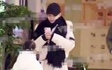 Trái ngược hình ảnh sụt sùi nước mắt của Giả Nãi Lượng, Lý Tiểu Lộ vui vẻ cười đùa đưa con gái đi học