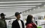 Vợ chồng son Song Joong Ki - Song Hye Kyo bên nhau không rời khi ở sân bay đi Paris