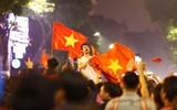 U23 Việt Nam ngược dòng vào bán kết, hàng triệu CĐV mang cờ tổ quốc đổ ra đường ăn mừng chiến thắng