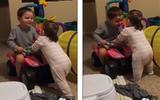 Clip anh trai 3 tuổi giúp em gái tập đi làm tan chảy trái tim cha mẹ