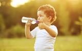 4 kỹ năng sinh tồn bố mẹ phải dạy con về nước uống hàng ngày