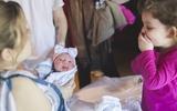 Phản ứng siêu yêu của các nhóc tỳ lần đầu thấy bé sơ sinh