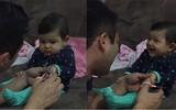 Clip em bé dọa bố khi cắt móng tay yêu không chịu nổi hút 25 triệu lượt xem