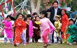 Trời đẹp, trẻ nhỏ tung tăng đùa chơi tại hội hoa xuân lớn nhất miền Bắc