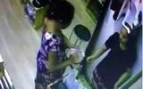 Hà Nội: Chủ shop công khai clip nghi nhân viên bị thôi miên đưa hết tiền cho người lạ