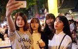 Hà Nội: Đường phố đông nghẹt người đi chơi Tết trung thu, trẻ nhỏ mệt nhoài vì nóng bức