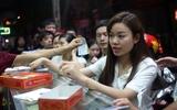 Hà Nội: Đêm khuya người dân vẫn nhẫn nại xếp hàng để mua bánh Trung thu cổ truyền