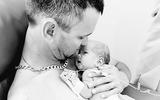 Nghẹn ngào cảnh ông bố lần đầu ôm con vào lòng cũng là lúc vĩnh biệt người vợ vừa sinh mổ
