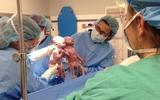 Vừa chào đời cặp song sinh đã khiến cả ê-kíp đỡ đẻ ngạc nhiên vì hành động này