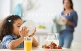 Trẻ dễ bị lùn nếu ăn trước khi ngủ