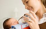 Những điều mẹ cần biết khi lần đầu cho bé bú bình
