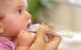 Chiêu trò cực độc của các mẹ khi cho con uống thuốc