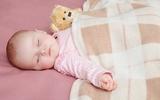 Các mẹ chia sẻ kinh nghiệm đối phó với bé đạp chăn lúc ngủ