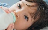 Hướng dẫn cho bé bú bình đúng cách để không bị viêm tai