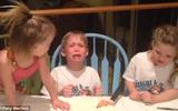 """Cười """"đau ruột"""" với phản ứng của một cậu bé khi biết tin có thêm em gái"""