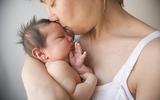 Mách mẹ cách bế bé sơ sinh chuẩn theo từng giai đoạn