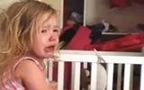 Bé gái dễ thương khóc đòi bố trả lại... mũi