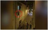 Cảnh bà mẹ mang thai lơ lửng trên cửa sổ tầng 2 nhà hát ở Paris khiến thế giới xót xa
