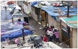 Cảnh sống đối lập một trời một vực ở khu ổ chuột giữa thủ đô Paris hoa lệ