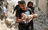 Thi thể cứng đờ phủ bụi trắng của em bé Syria sau cuộc không kích khiến thế giới chết lặng