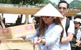 Vợ chồng ca sĩ Hải ngoại Minh Tuyết đội nắng phát quà cho người dân miền Trung
