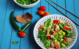 Giữ dáng hiệu quả với món salad gà đầy màu sắc