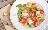 Tận dụng bánh mỳ cũ làm salad ngon tuyệt!