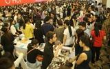 Hàng ngàn phụ nữ chen lấn nghẹt thở mua thời trang, mỹ phẩm giảm giá 70% ở Sài Gòn