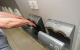 Bạn sẽ dừng việc dùng máy sấy tay trong toilet ngay sau khi đọc bài viết này