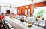 Trang trí nhà ngày ăn hỏi với sắc đỏ truyền thống của chú rể người Indonesia và cô dâu gốc Hà Nội