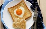 Bánh mỳ trứng trái tim cho chồng yêu ăn sáng