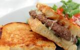 Sandwich bò cho bữa sáng cuối tuần ngon miệng