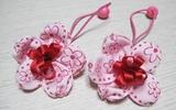 Mẹ làm dây buộc tóc bông hoa xinh tặng bé