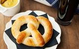Trổ tài làm bánh mỳ bơ pretzels nóng hổi thơm ngon
