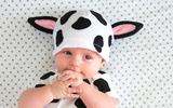 Mẹ tự may mũ bò sữa đáng yêu giữ ấm đầu cho bé