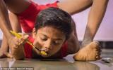 Cậu bé người rắn có khả năng uốn dẻo kỳ tài ở Ấn Độ