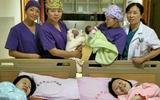 Hiếm có chị em sinh đôi nào lại mang thai, sinh con trùng hợp đến kỳ lạ như này