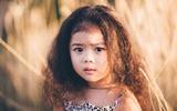 Mê mẩn với bộ ảnh cô bé tóc xù 3 tuổi sở hữu đôi mắt biết nói