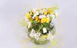 Dùng bể cá cắm hoa đẹp rực rỡ và độc đáo