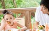 Ông bố Tây kinh ngạc vì trẻ con Việt bị nhồi ăn