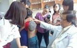 Cô bé ở Sóc Trăng mắc bệnh cực kì hiếm gặp trên thế giới: lưng có bướu đen như mai rùa