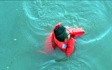 Sự lựa chọn gây choáng của chàng trai trẻ khi cả người yêu lẫn chị gái cùng rơi xuống sông