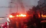 Dây điện giữa giao lộ ở Sài Gòn nổ như pháo lúc trời mưa
