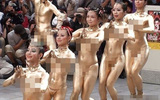 Hàng chục thiếu nữ khỏa thân, người phủ vàng tạo dáng nhạy cảm gây náo loạn cả khu phố