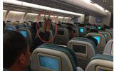Hình ảnh phản cảm: Người đàn ông gác chân lên ghế phía trước trên chuyến bay của VNA
