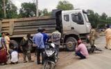 Người phụ nữ gãy chân gào thét giữa đường phố Sài Gòn sau va chạm