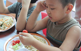 """Những cảnh cho con ăn """"đau tim"""" của bố mẹ Việt"""