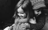Bộ ảnh đen trắng đẹp lịm tim của người mẹ chụp hai cô con gái
