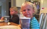 Clip hot: Anh trai lạnh lùng mắng em gái khóc nhè siêu đáng yêu