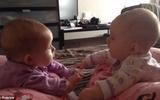 Clip bé sinh đôi nói chuyện làm tan chảy trái tim các bà mẹ
